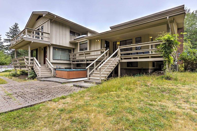 Experimente la serenidad de la costa de Oregon en esta casa de vacaciones de 4 dormitorios y 3 baños en Brookings.