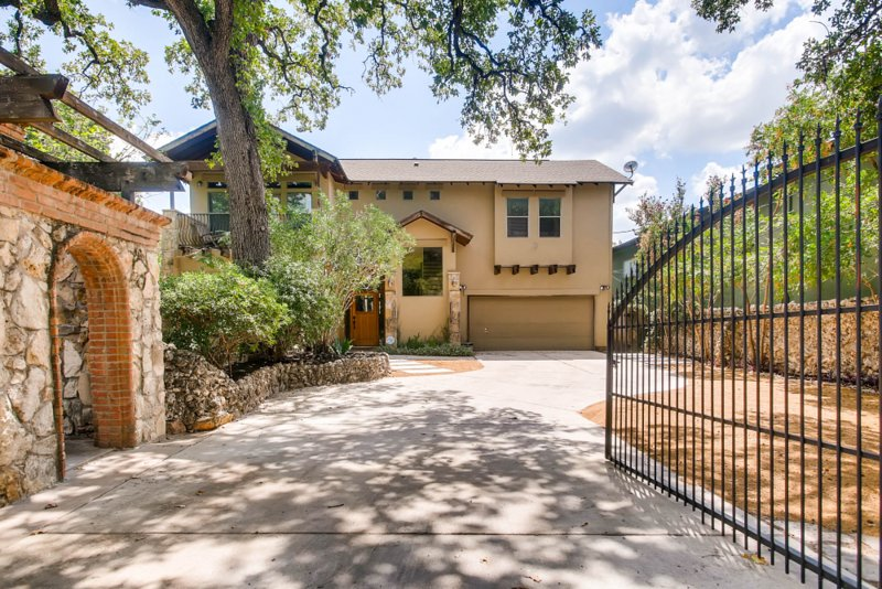 luxurious 4 bedroom home in central austin has parking and