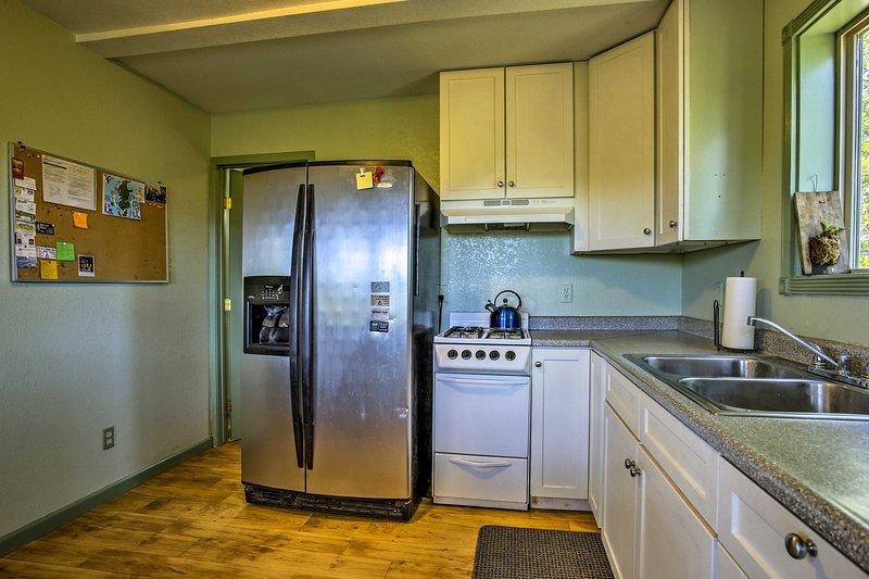 Die Küche ist komplett mit modernen Geräten ausgestattet.