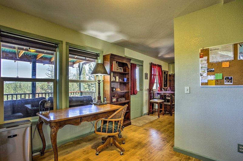 Natürliches Licht strömt durch die Fenster ein, die das Haus einrahmen.
