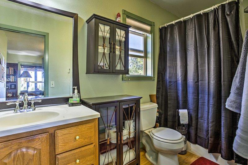 Ein komplettes Badezimmer ist in diesem Haus vorhanden.