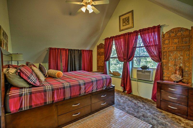 Das zweite Schlafzimmer ist gemütlich und gemütlich.