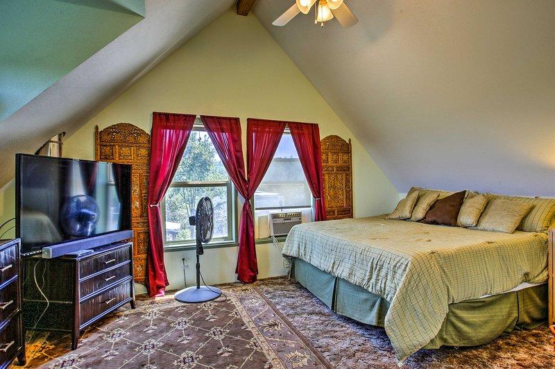Lehne dich zurück und genieße einen Filmabend in diesem Schlafzimmer.