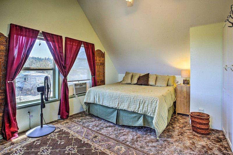 Entspannen Sie auf einem weichen Kingsize-Bett, das mit einer Tempur-Pedic-Matratze ausgestattet ist.