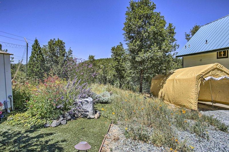 Flora und Fauna füllen den weitläufigen Außenbereich.