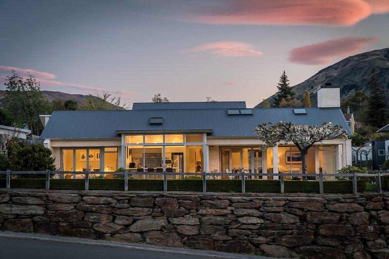 Rilascio Wanaka - Faulks Terrace, casa per le vacanze moderna e ben arredata a Wanaka, Nuova Zelanda.