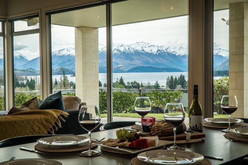 Rilasciare Wanaka - Faulks Terrace, vista sul lago e sulle montagne da questa zona giorno a pianta aperta.
