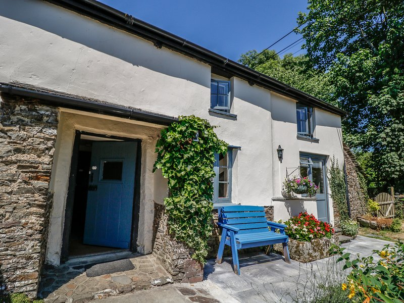 JANE'S PLACE, farmhouse with woodburner, near Lifton, holiday rental in Langdon