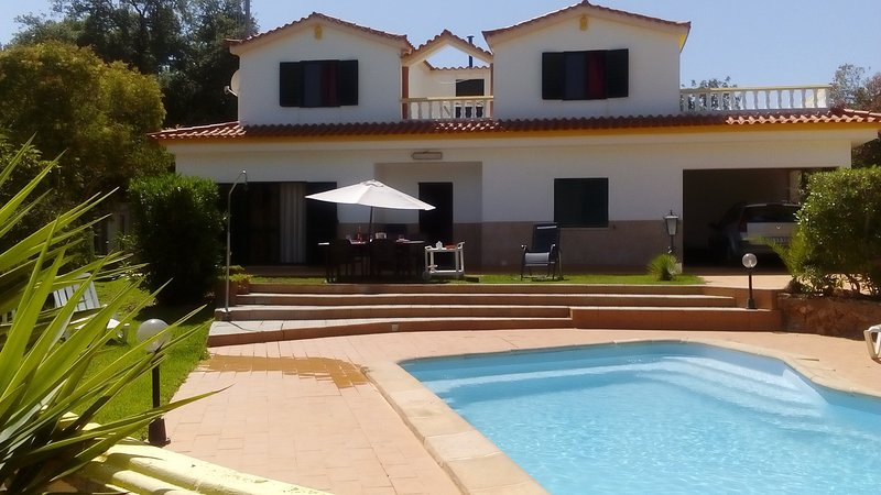 Isolated Villa with a pool, located in Vilamoura, Ferienwohnung in Quarteira