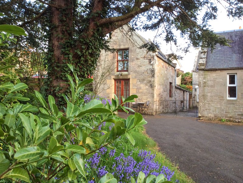 ALLERTON HOUSE STABLES, pet-friendly cottage, grounds, close amenities in, holiday rental in Jedburgh