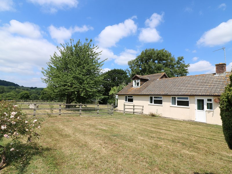 COURT HOUSE FARMHOUSE, barn conversion views, near Chideock, vacation rental in Charmouth