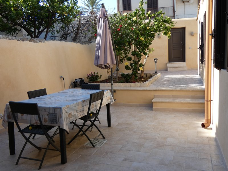 La darsena dell'Ammiraglio - borgo storico pedonale sulla spiaggia della dogana, holiday rental in Marina di Ragusa