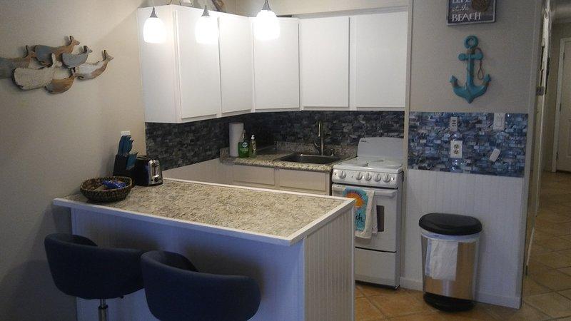 belle kitchenette complète avec tous les appareils et ustensiles de cuisine