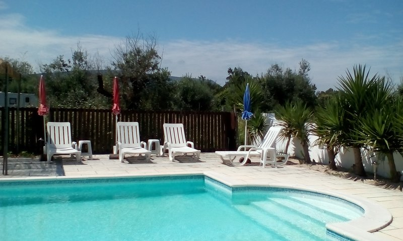 Glamping caravan holiday with use of large swimming pool, location de vacances à Ansiao