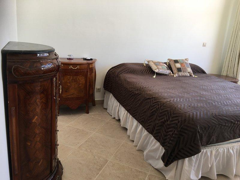 Dormitorio principal - rey con cuna en suite baño con ducha y bañera