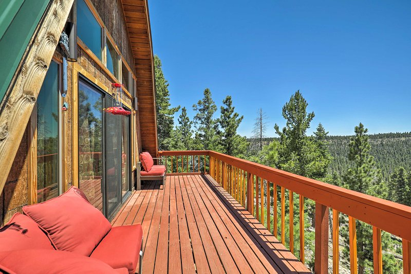 The cabin boasts 3 sleeping areas, 2 bathrooms and great views for 8 guests.