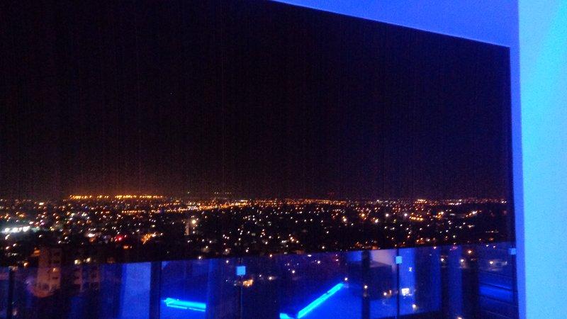 Vista notturna della città dall'interno dell'appartamento.