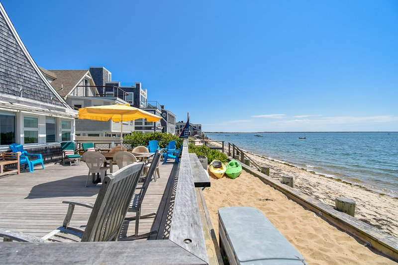 #105: On Commercial Street right on the beach! Sweeping views of P-town Harbor!, location de vacances à Provincetown