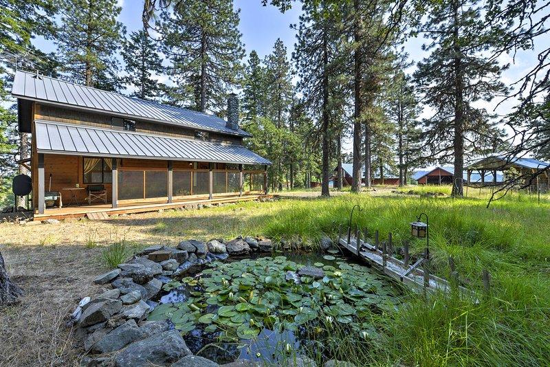 Cet étang pittoresque donne le caractère de la propriété.