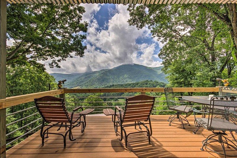 Vistas de milhões de dólares esperam por você nesta incrível mansão de Maggie Valley!