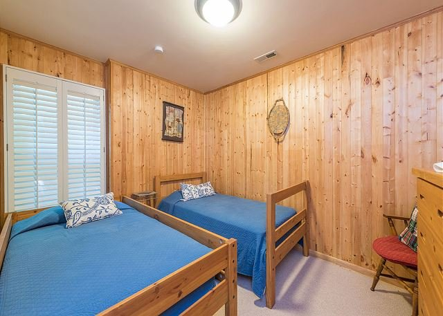 Lower level bedroom with twin beds