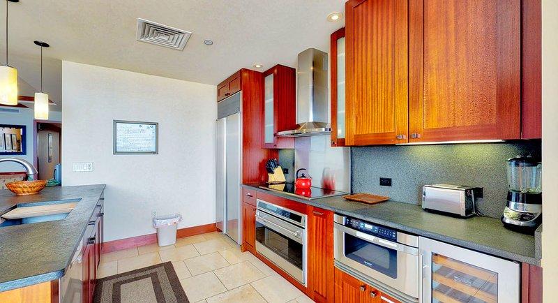 Una foto de la cocina completamente equipada de la Villa, Roy Yamaguci