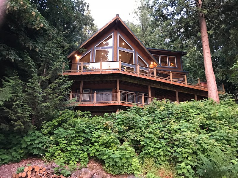 Silver Lake Family Cabin #7-LAKEFRONT, HOT TUB, SATELLITE*, PETS OK, BBQ, SLP-10, holiday rental in Abbotsford