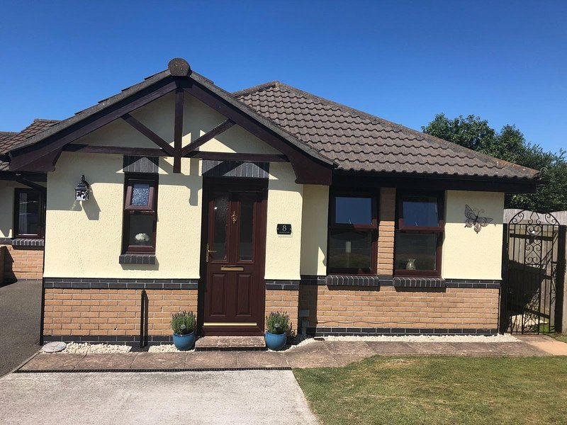 Meadowside Holiday Let Bungalow - sleeps up to 5, vacation rental in Newquay