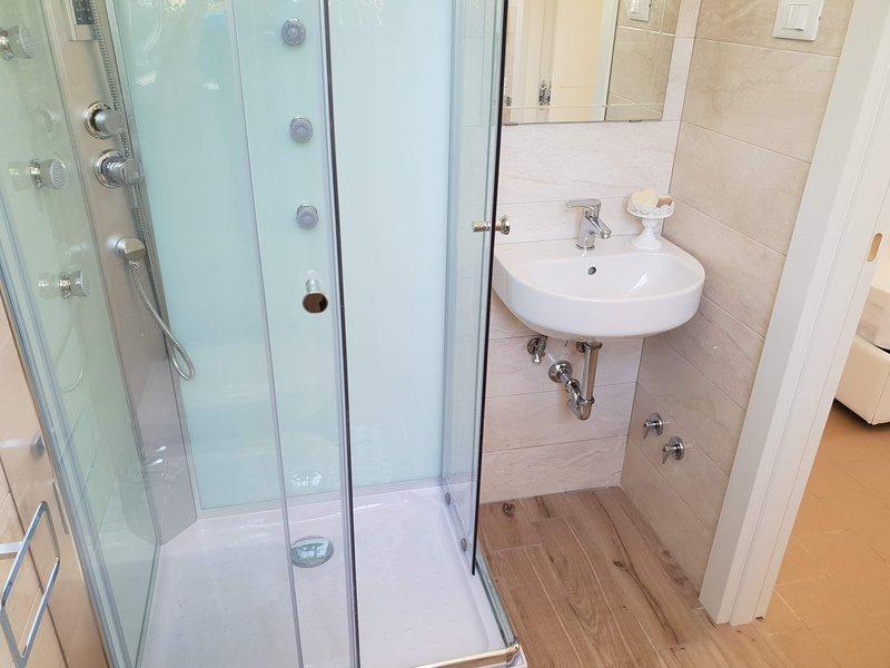 shower with radio and hydromassage