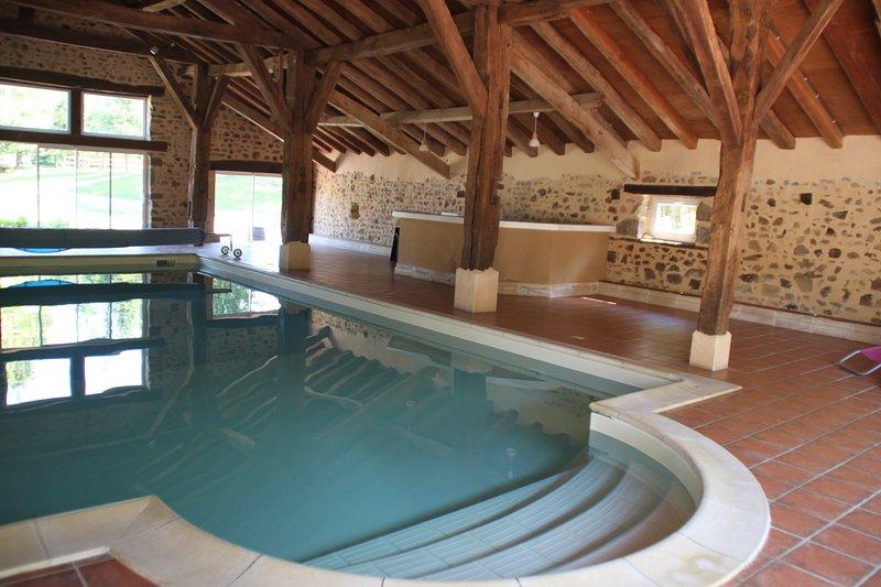 Gîte de grande capacité avec piscine couverte, casa vacanza a Manot