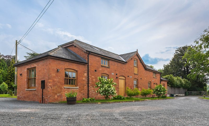 Varden House - Stunning 3 bedroom farm cottage in rural Worcester. Sleeps 6, holiday rental in North Piddle