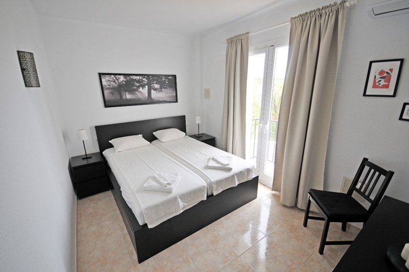 Masterbedroom avec lit double et balcon français