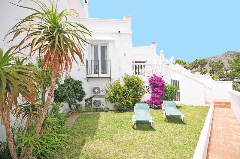 L'appartement avec jardin privé avec pelouse, fleurs et transats privés