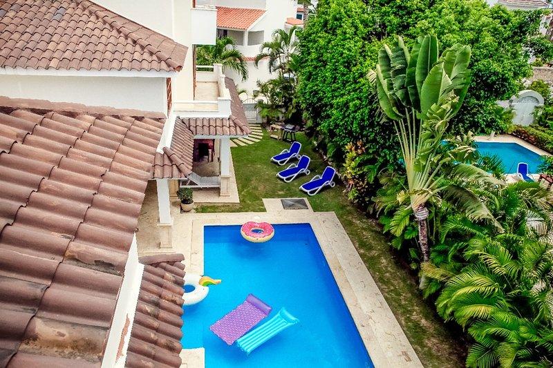 Beau jardin privé et vue sur la piscine depuis le toit!