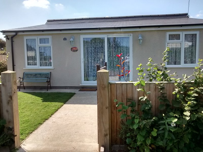 Cosy beach bungalow with sea views, Ferienwohnung in West Somerton