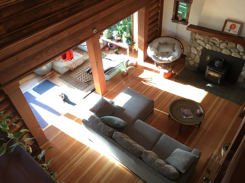 Guest room with private bath in a Cozy Log Cabin!, location de vacances à Medford