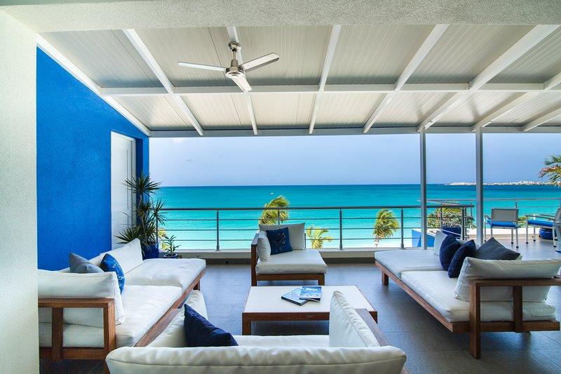 Área de lounge exterior oferece uma vista deslumbrante, incluindo muitos mega iates durante o inverno