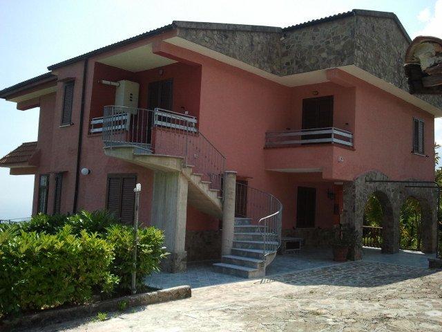 Villacastella 4 km dal mare  (appart. n 4 primo piano) Accesso da scala esterna, location de vacances à Scario