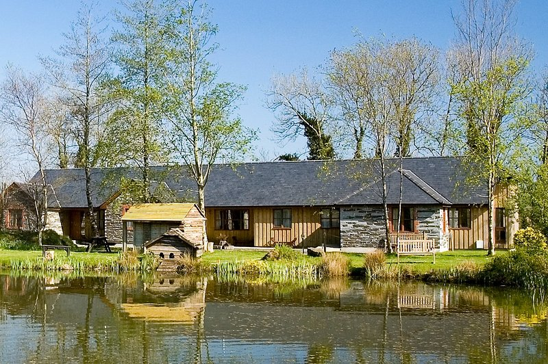 Beech - delightful 2 b/r lakefront cottage with indoor pool, hot tub & fishing, holiday rental in Callington