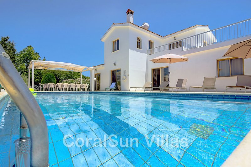 Large Villa in Coral Bay, Short Walk to all Amenities & the Beach, vacation rental in Peyia