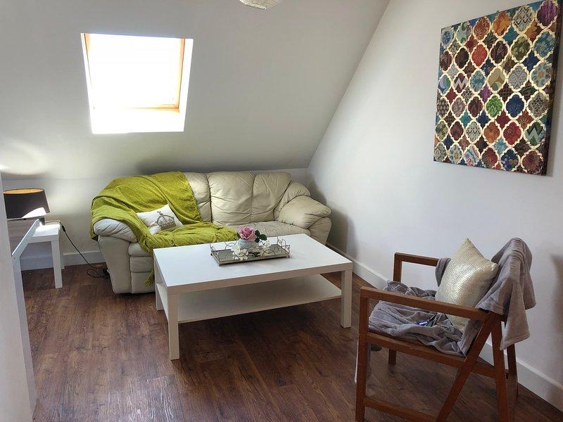 Ensoleillé, nouvellement décoré, appartement moderne de deux chambres avec cuisine entièrement équipée