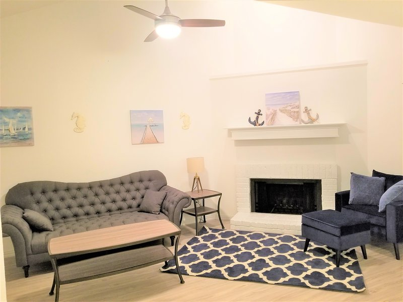 New apartment fully renovated clean and modern , swimming pool washer and dryer, holiday rental in University Park