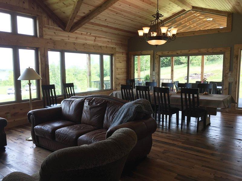 Stort rum med antika ladugården trägolv och knutna talltak.