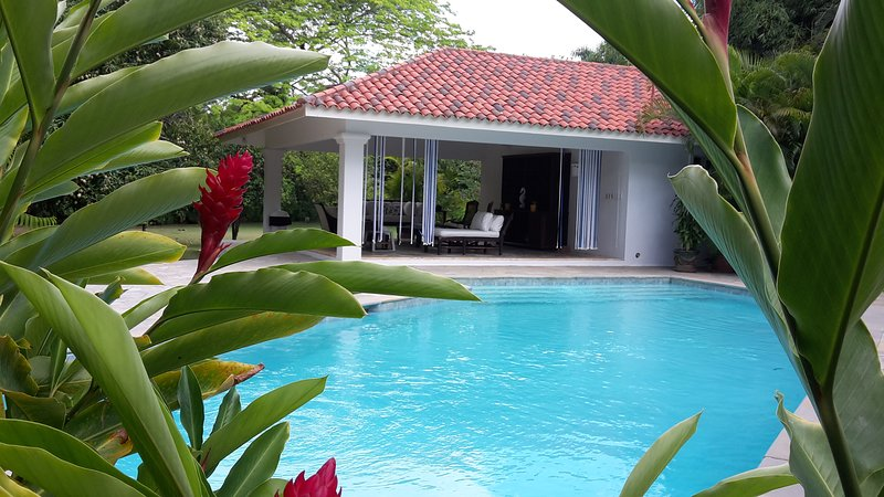 Quiet 5 bdrm retreat nestled in bamboo grove close to private resort beach (Minitas)