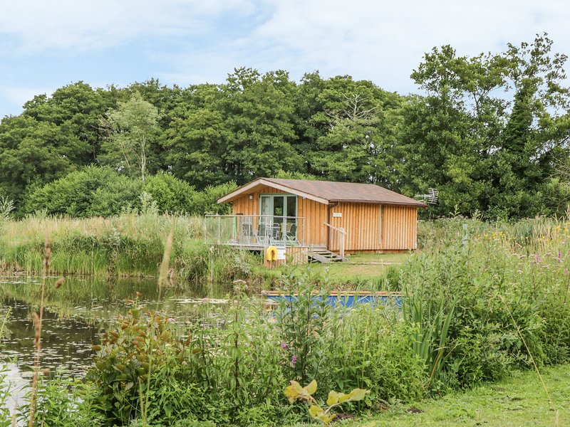 LAKESIDE LODGE, detached lodge next to lake, one double bedroom, ideal for a, holiday rental in Larling