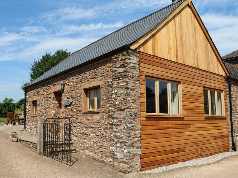 THE COTTAGE, open-plan living with woodburner, near Washford, vacation rental in Luxborough