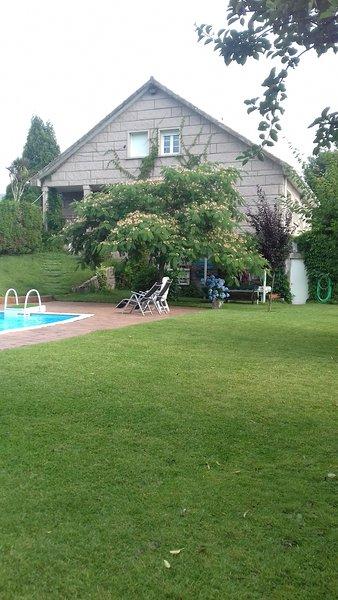 CASA SABUGUEIRO- Piscina 50 m2- 5 min Villagarcia de Arosa, aluguéis de temporada em Gondar