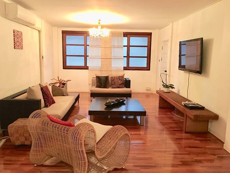 Big & Beautiful City-Center Townhome for Groups, holiday rental in Phra Pradaeng