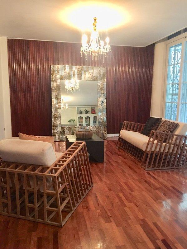 Una sección de la gran sala de estar