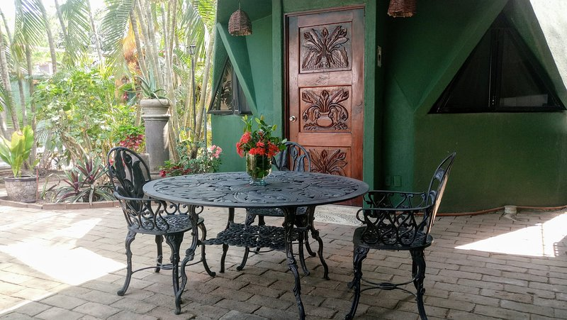 Casita (Geodesic Dome) with Kitchen and A/C, 1 block to Playa La Ropa, aluguéis de temporada em Petatlan